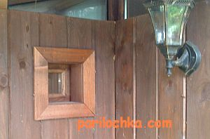 Деревянное окно в парилку