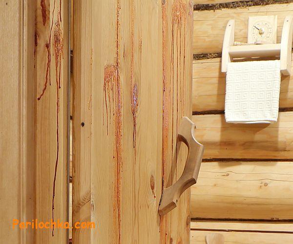 Подтеки смолы на хвойной древесине