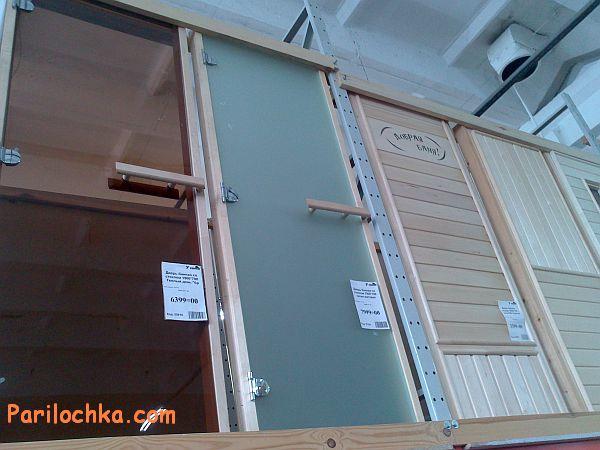 Двери из разных материалов в магазине для бани