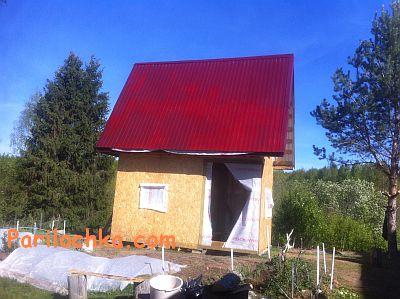 фото каркасной бани из ОСБ и крышей из профнастила, дверной проем