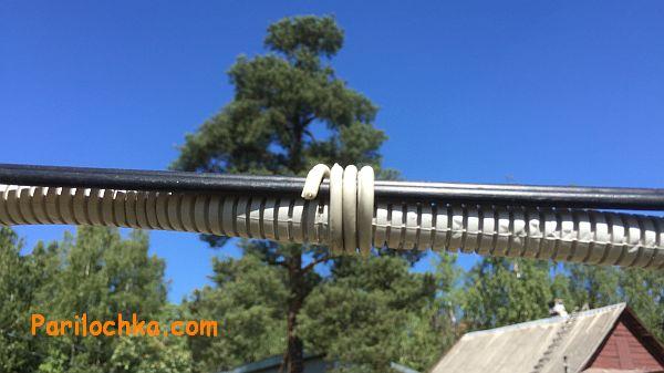 кабель в гофре на тросе, воздушным путем