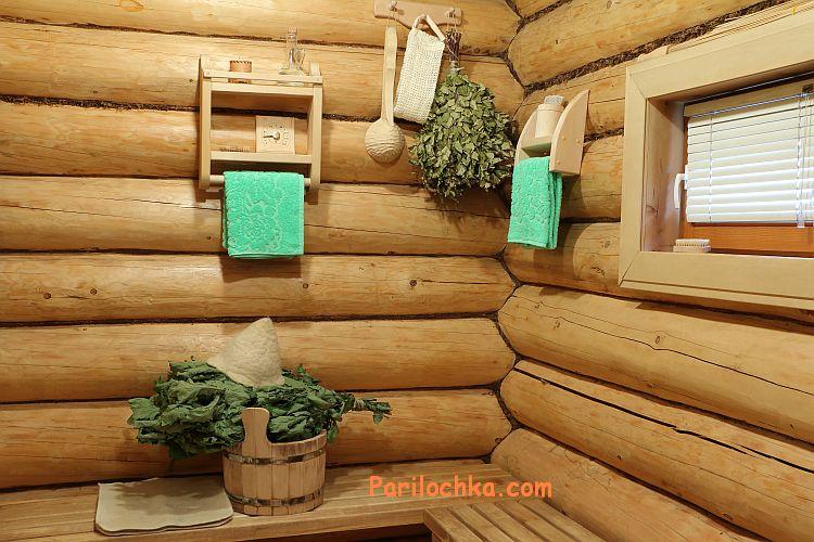 бревенчатые, необшитые стены бани