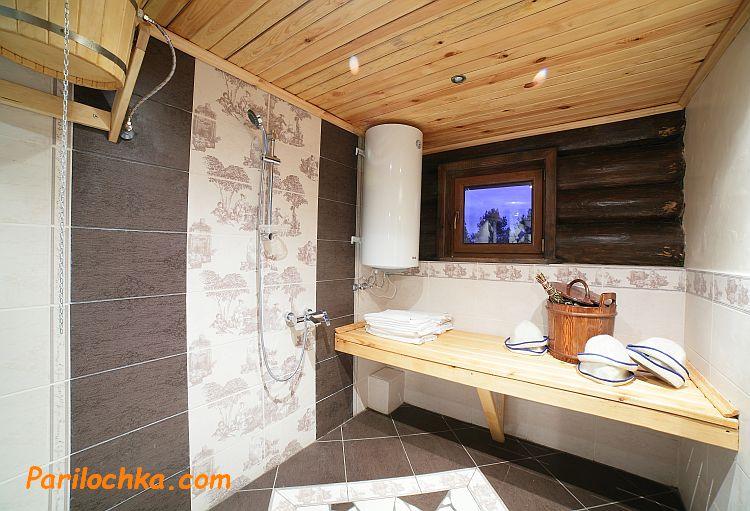 деревянный потолок в моечной бани